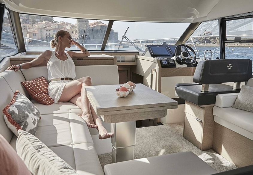 vedette Prestige 420 salon et poste de pilotage