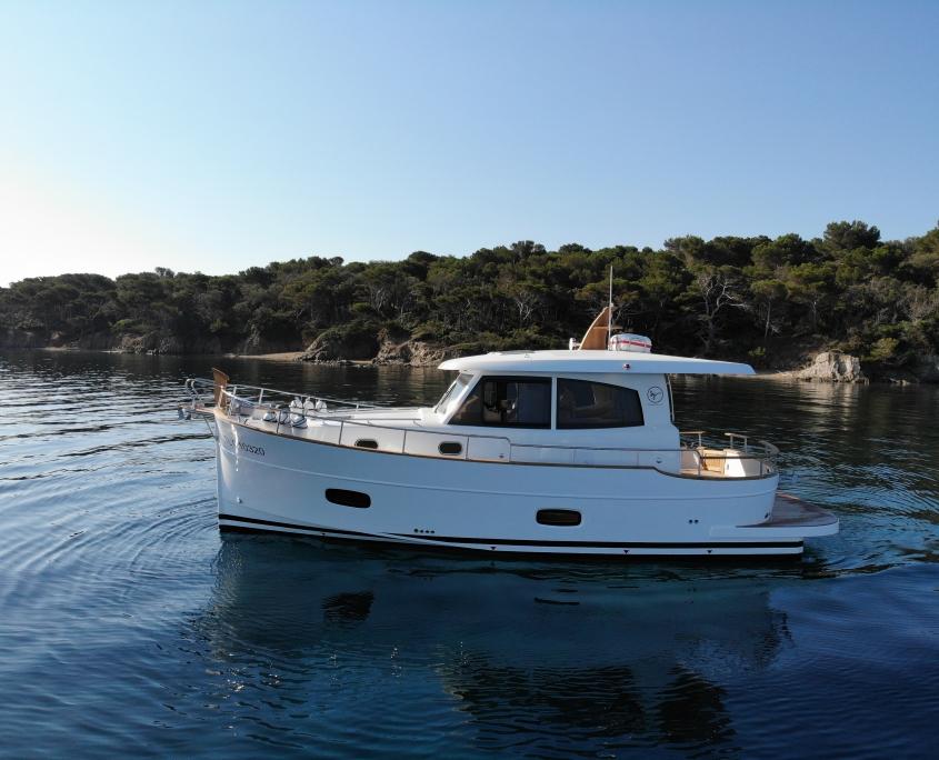Vedette Menorquin 34 diesel profil sur les flots