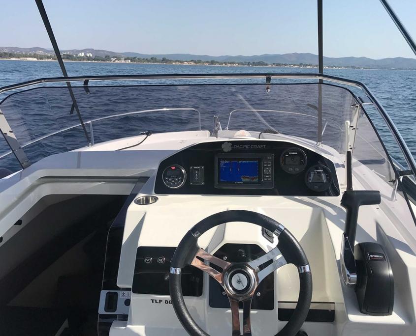 Coque open cabine Pacific Craft poste de pilotage