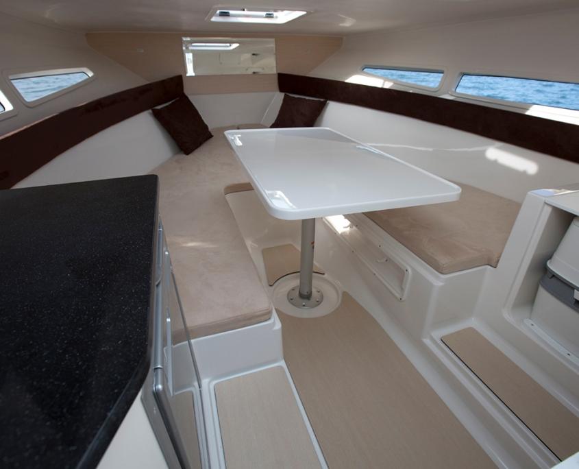Coque open cabine Pacific Craft intérieur